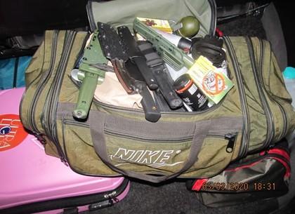 Наручники, ножи и гранаты - «джентельменский» набор для активной самообороны смутил харьковских пограничников