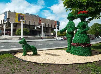 Зеленая парочка, выгуливающая собачку, появилась возле Зеркальной струи (ФОТО)