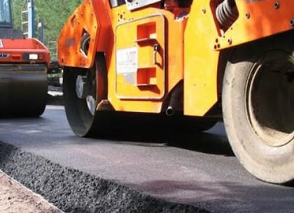 Харківські шляховики відновлюють покриття на вулиці Чугуївській