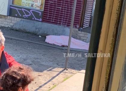 Смерть на остановке - на Салтовке скончался человек (ФОТО, ВИДЕО, Обновлено)