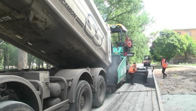 Як у Новобаварському районі ремонтують внутрішньоквартальні дороги (ВІДЕО)