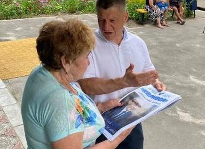 На Салтовке жители общались с главой администрации прямо у подъездов домов (ФОТО)