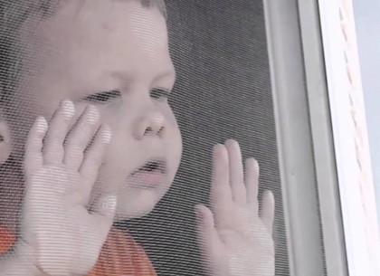 В Харькове продолжаются случаи выпадения детей из открытых окон через москитные сетки