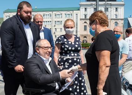 Геннадий Кернес передал медикам новые автомобили для забора анализов на COVID-19 (ФОТО)
