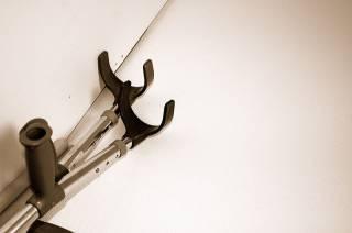 На Харьковщине бросили за решетку человека, который избил сестру ходулями матери