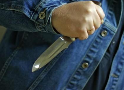 В лифте женщину пырнули ножом и забрали золотые украшения