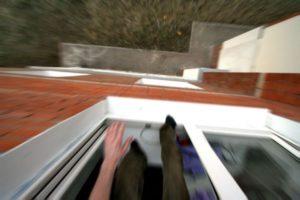 Пенсионер выбросился из окна пятого этажа (ФОТО)