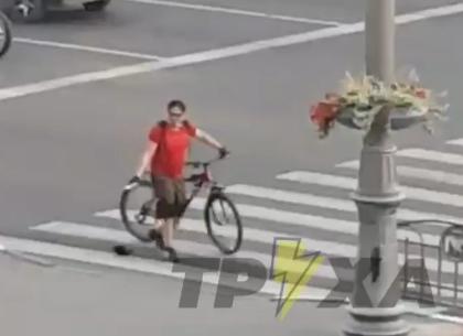 Велосипедист с ножом бросался на людей (ВИДЕО)