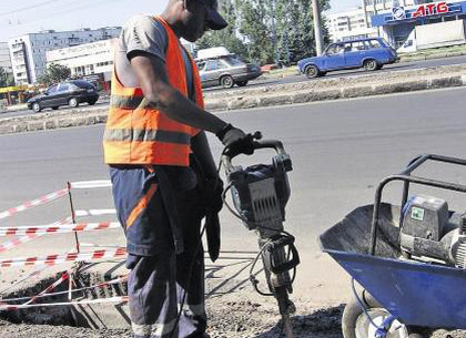 Темнокожий дорожный рабочий из Камеруна, управляя Toyota Land Cruiser Prado, устроил серьезное ДТП на харьковском перекрестке