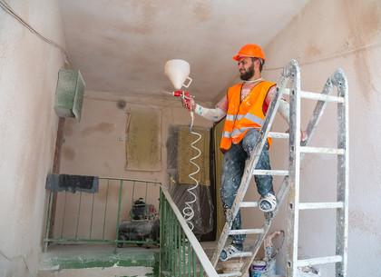 В Харькове коммунальщики продолжают ремонтировать подъезды многоэтажек (ФОТО)