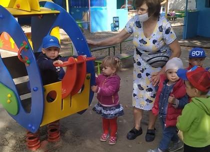 Фоторепортаж: В городе обновляют игровые площадки в детских садах (Горсовет)