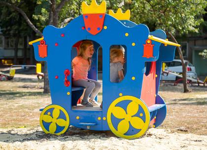 Фоторепортаж: В харьковских дворах продолжается установка и ремонт детских площадок (РЕДПОСТ)