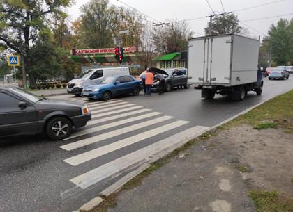 На поселке Жуковского легковушки не поделили пешеходный переход