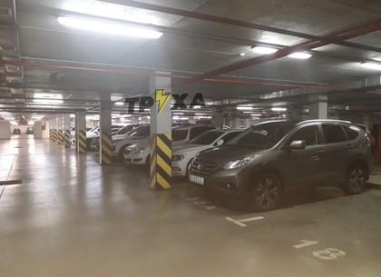 ФОТО: В Харькове мужчина с трубой устроил погром элитных авто на парковке (Telegram-канал)