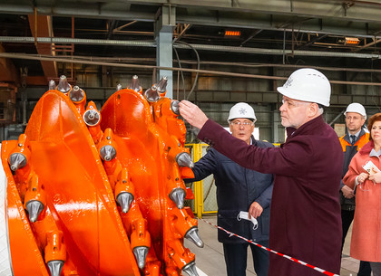 ФОТО: Игорь Терехов ознакомился с новыми разработками завода «Свет шахтера» (РЕДПОСТ)