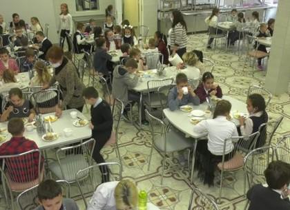 ВИДЕО: Как школьные столовые Харькова работают в условиях карантина (Харьковские известия)