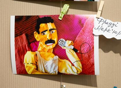 ФОТО: В Харькове проходит необычная выставка «Портреты из шкафа» (РЕДПОСТ)