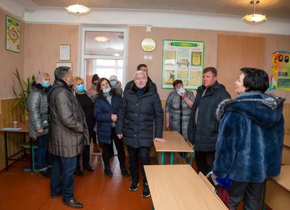 Игорь Терехов обсудил с родительским коллективом благоустройство школы в Слободском районе (ФОТО)
