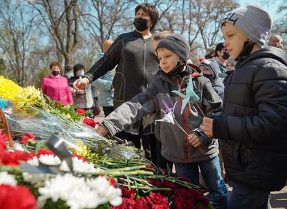 Харьковчане возложили цветы к памятнику жертвам Чернобыльской катастрофы (ФОТО)