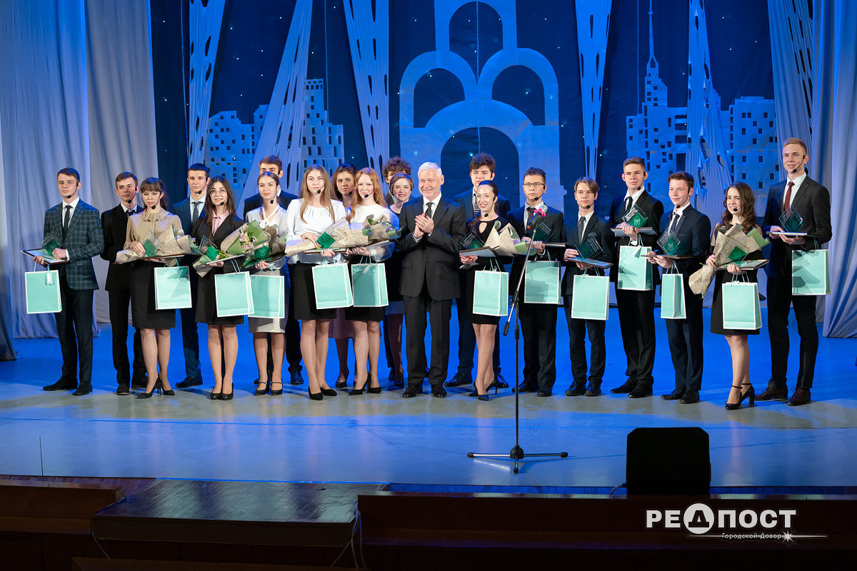 В Харькове Терехов наградил лучших учеников года