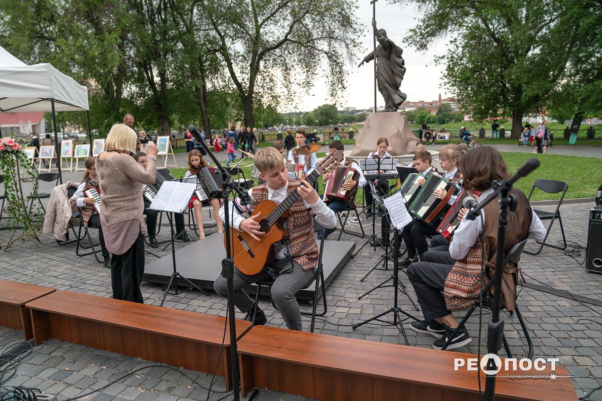 Юные музыканты в сквере Стрелка, Харьков