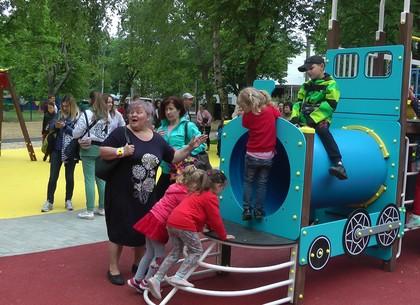 Харьковский двор превратился в маленький парк развлечений и отдыха (ВИДЕО)