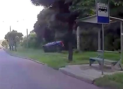 ДТП в Харькове: Водитель перевернулся, улетев с трассы - видео момента аварии (ВИДЕО)