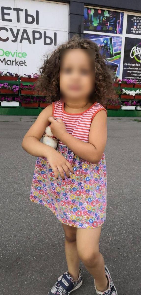 В Харькове маленькая девочка ушла из дома, пока старшая сестра спала