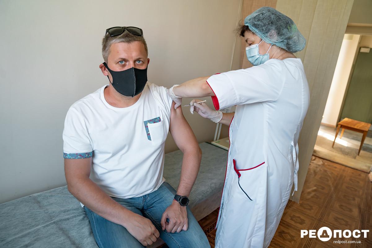 Вводить третью дозу вакцины хотят в Украине