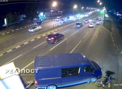 Момент ДТП в Харькове: Пассажирка сбившей велосипедиста машины накинулась на пострадавшего (видео)