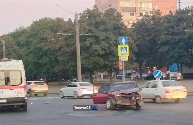 Citroеn и ВАЗ 2109 столкнулись на Московском проспекте в Харькове