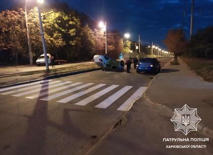В Харькове такси перевернулось на крышу: в Сети выложили видео момента ДТП