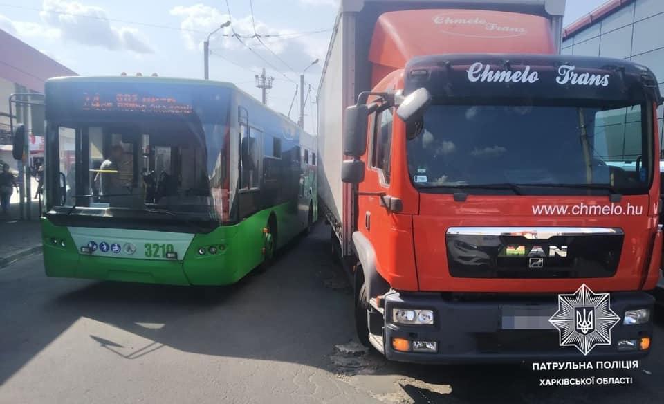 ДТП Харьков: Грузовик MAN врезался в троллейбус на Амурской,1