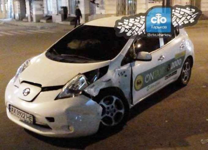 Столкнулись Nissan Leaf он-такси и Hyundai Accent службы такси 30-40