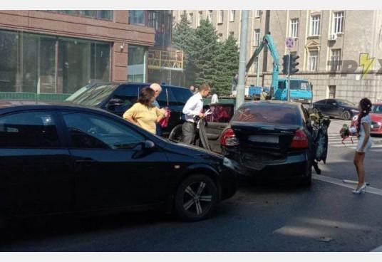 В Харькове свадебное авто попало в ДТП