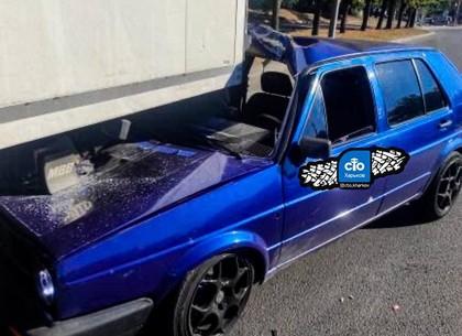 ДТП: В Харькове Volkswagen оказался под фурой (фото, видео)