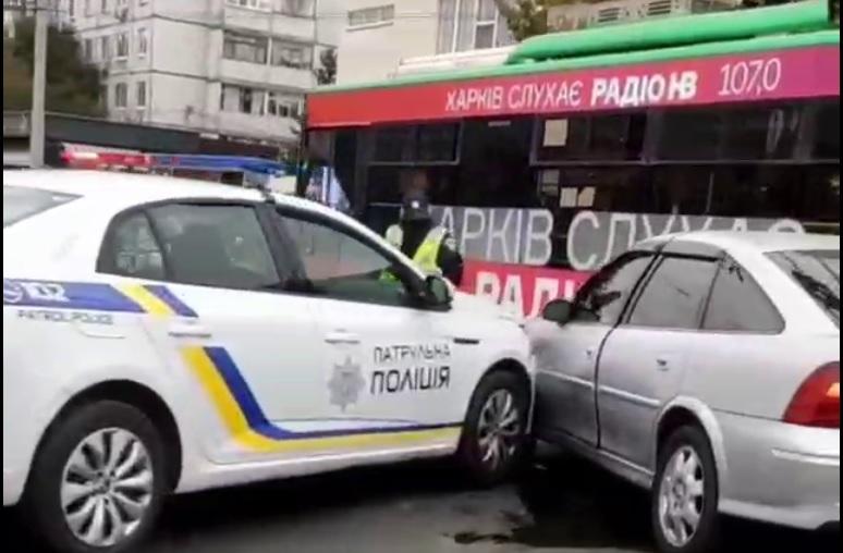 ДТП Харьков: На перекрестке Валентиновской и Гвардейцев Широнинцев столкнулись Renault патрульных и автомобиль Opel